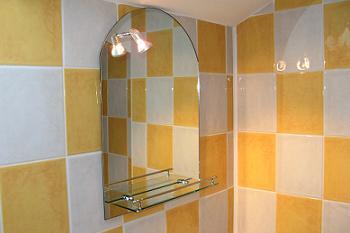 Oglinda ovala in baie galbena