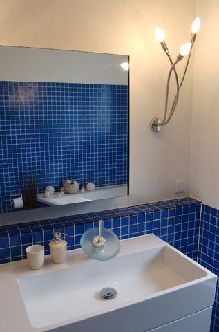 Montarea unei chiuvete de portelan dreptunghiulara incadrata de mobilier de baie de culoare alba