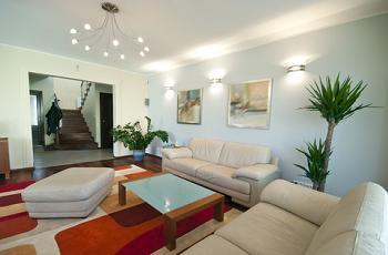 Doua canapele in amenajarea apartamentului in stil minimalist