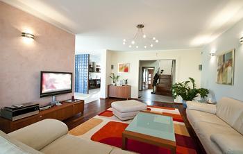 Living spatios al unui apartament cu bucatarie americana