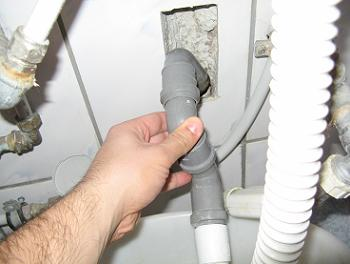 Se desface cotul PVC din scurgerea de perete