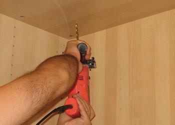Gaurim cadrul dulapului cu bormasina