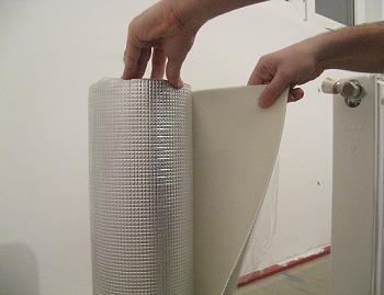 Desfacem ruloul de pasla cu care vom imbunatati randamentul termic al caloriferului