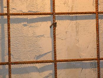 Scoabe pentru prinderea plasei de perete