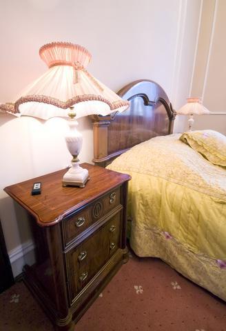 Veioza de dormitor cu dantela