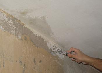 Curatarea tavanului de vopseaua veche