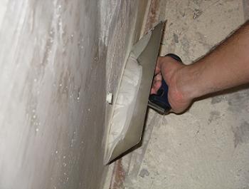 Aplicam gletul pe perete cu fierul de glet