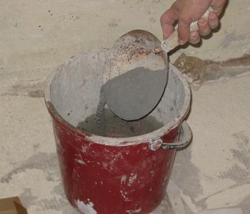 Turnam adeziv de gresie peste apa din galeata