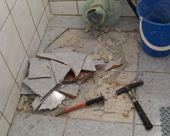 Spargerea placilor vechi de gresie cu unelte: ciocanul si dalta