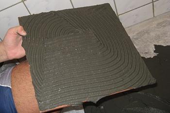 Marimea zimtilor de la drisca regleaza cantitatea de adeziv de pe placa de gresie