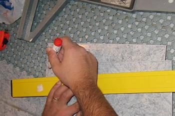 Trasarea liniei de taiere pe placa de gresie glazurata