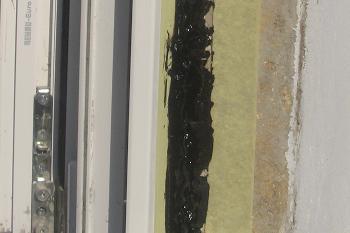 Vizualizarea bitumului aplicat pe tamplaria PVC