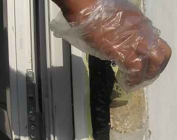 Inlaturarea benzii adezive de pe zid si de pe toc