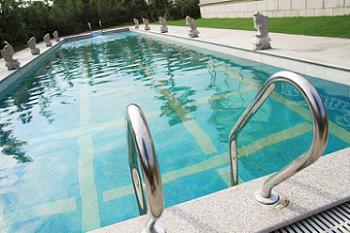Curatarea balustradei de inox a piscinei for Amenajari piscine