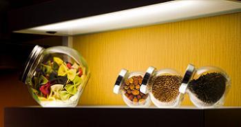 Decoratiuni pentru bucatarie cu mirodenii si bomboane aromate in borcane de sticla