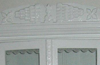 Vitrina cu decoratiuni lemn