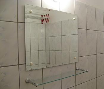 Oglinda practica de baie cu aplica de perete