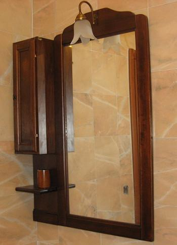 Oglinda cu rama si mobilier din lemn