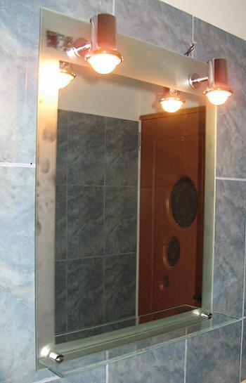 Spoturi la oglinda de baie