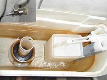Se umple rezervorul de WC cu apa