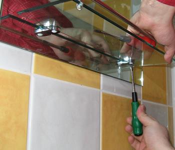 Etajera din inox la oglinda de baie