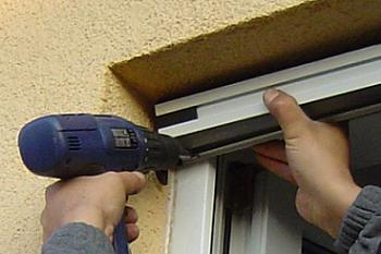 Fixare caseta in tamplaria PVC