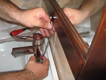 Introducere tija verticala in bateria de baie