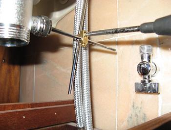 Obiectele sanitare instalate pentru functionare cu bateria de chiuveta