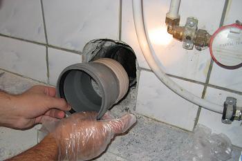 Fixarea tevii PVC in scurgerea de coloana