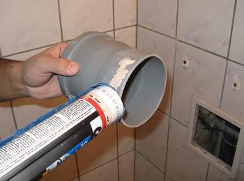 Aplicarea unui strat de silicon sanitar Ceresit sau adeziv pe teava PVC