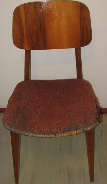 Un scaun vechi de sufragerie