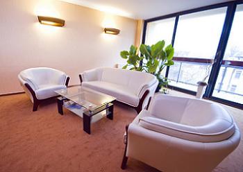 Canapea si fotolii din piele de culoare alba