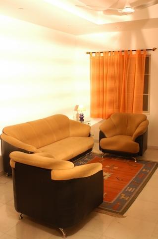 Set de canapea fixa si fotolii bej din material textil