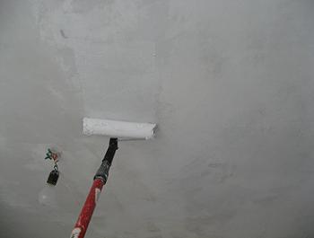 Aplicam vopseaua lavabila pe tavan cu un trafalet