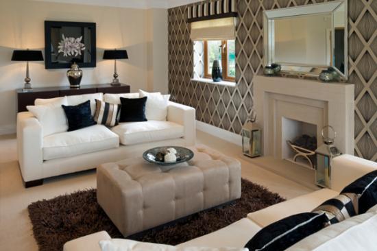 camera de zi cu 2 canapele albe si un perete cu tapet