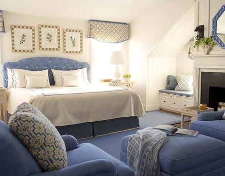 Dormitor cu pat tapitat bleu si fotolii asortate