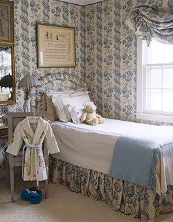 Dormitor cu tapet alb cu modele bleu si cuvertura de pat asortata