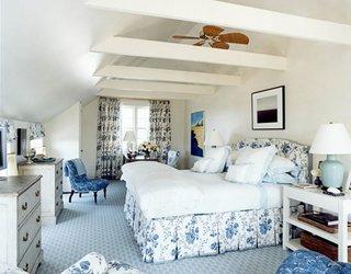Dormitor mansardat cu mocheta bleu si mobila alba