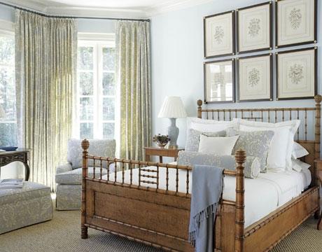 Dormitor mobilat clasic cu fotolii si draperii bleu cu alb