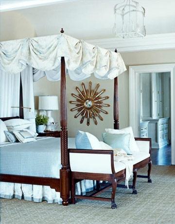 Dormitor regal cu pat cu badachin si decoratiuni bleu
