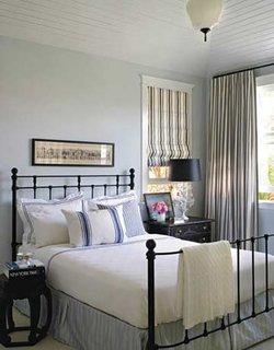 Dormitor zugravit in bleu pal si pat din fier forjat negru