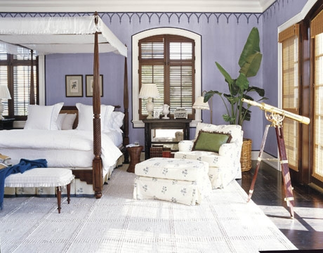 Mocheta alba pufoasa, pat din lemn masiv si perete de accent bleu mov