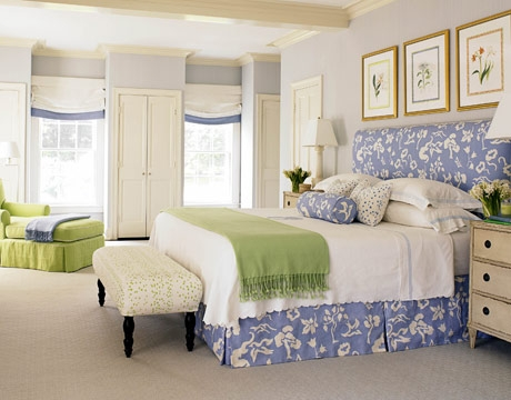 Pereti bleu pat asortati cu pat si mobila albe