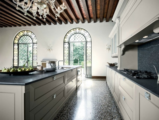 bucatarie in stilul italian traditional cu mozaic pe jos