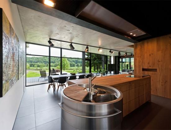 bucatarie moderna cu geamuri mari