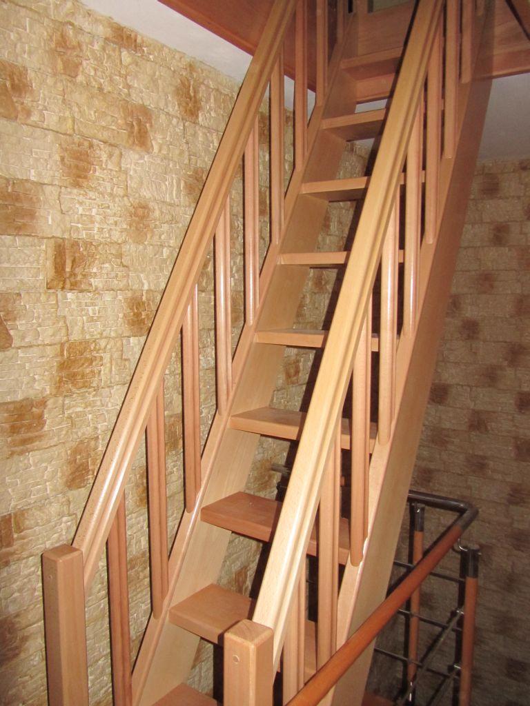 scara economica din lemn cu doua balustrade