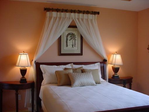 Dormitor pe culoare orange cu mobilier clasic