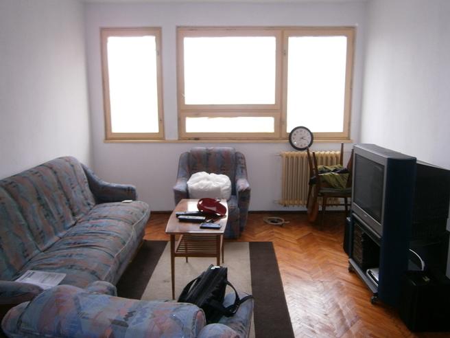 Living de apartament de bloc mobilat