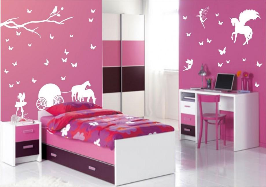 Un dormitor violet cu desene pe pereti pentru fetita
