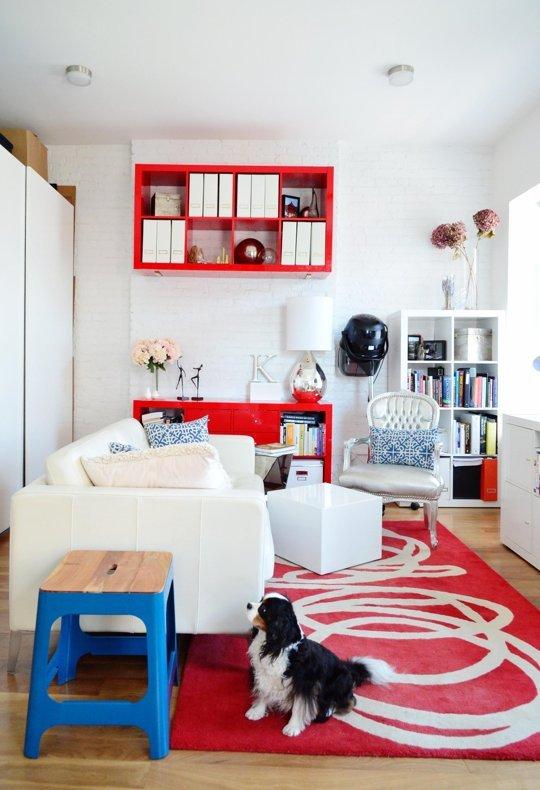 Covor rosu in camera cu mobila alba si pereti albi